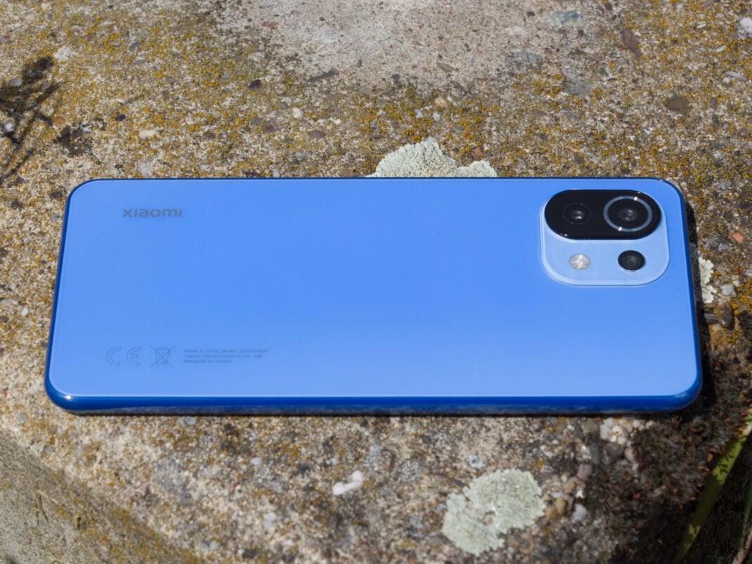 Das Xiaomi Mi 11 Lite mit seiner mattblauen Rückseite