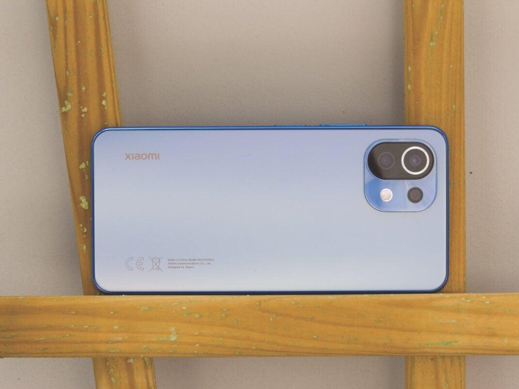 Selbes Smartphone - Anderer Blickwinkel: Plötzlich schimmert das Smartphone in einem warmen Gelbton