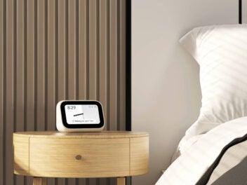 Xiaomi Mi Smart Clock steht auf Nachttisch.