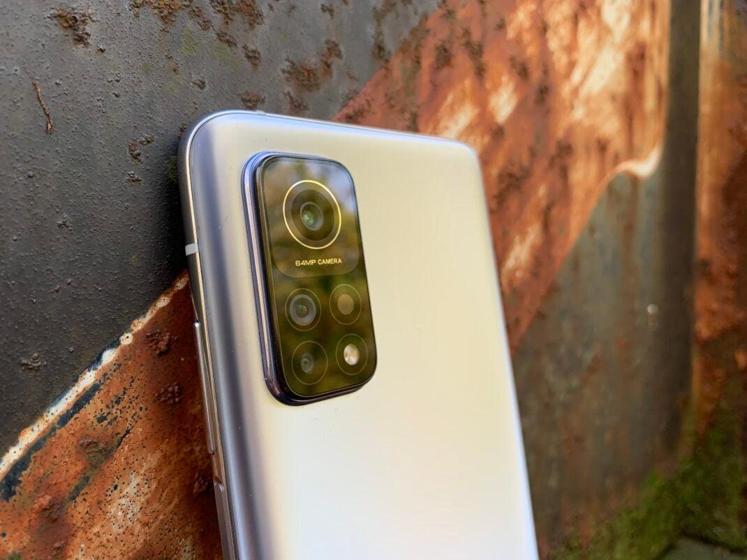 Die Kameras des Xiaomi Mi 10T ragen relativ weit aus dem Gehäuse
