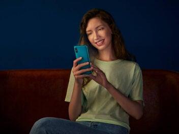 Xiaomi Redmi 9A in der Hand einer Frau.