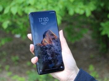 Xiaomi Mi 11 Ultra von vorn in einer Hand