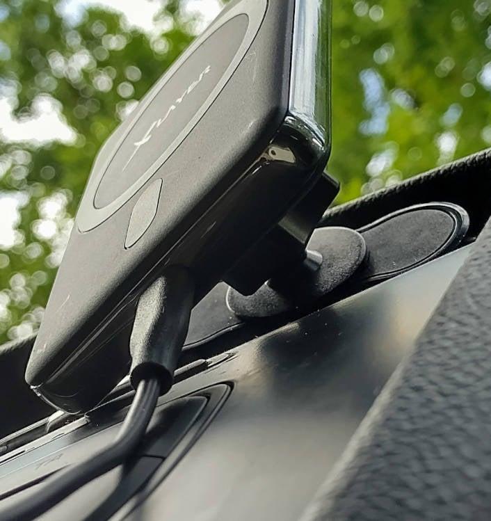 XLayer Wireless Charging Autohalterung von unten fotografiert.