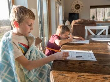 Zwei Jungen lernen an einem Tisch